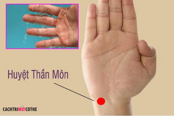 Cách trị mồ hôi tay chân bằng phương pháp bấm huyệt